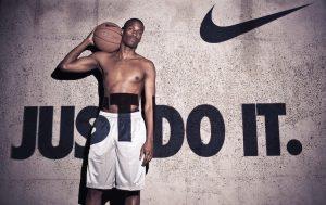 """ragazzo con in mano un pallone di basket per e scritta """"just do it"""""""