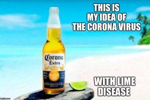 Birra Corona su una spiagge. Meme durante il Coronavirus