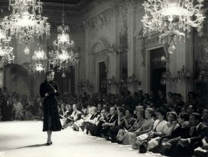 Una sfilata nella Sala Bianca di Pitti, 1953